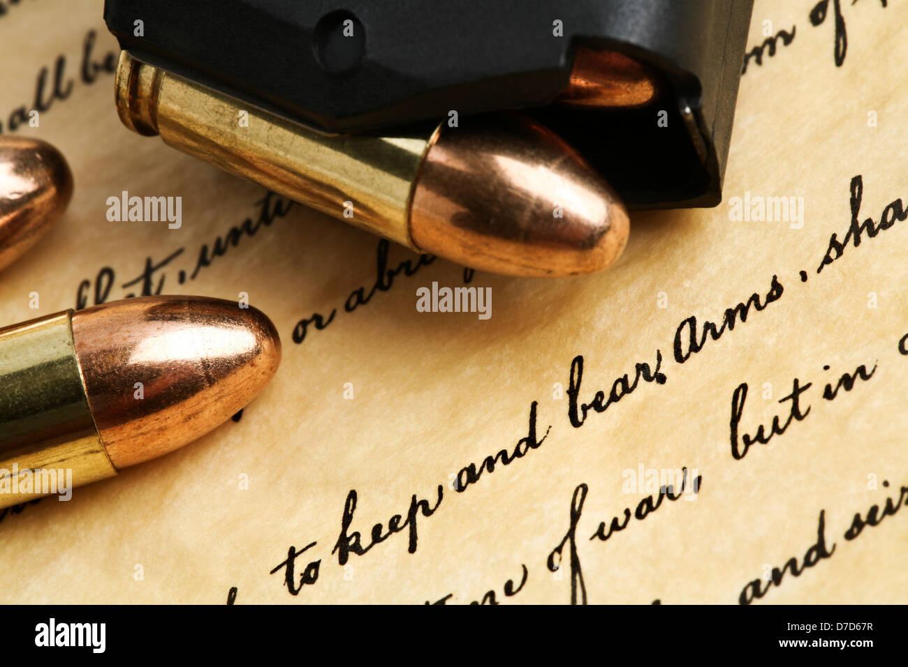 Recht zu halten und Waffen - tragen uns Verfassung Bill Of Rights mit 9mm Kugeln und Magazin Stockbild