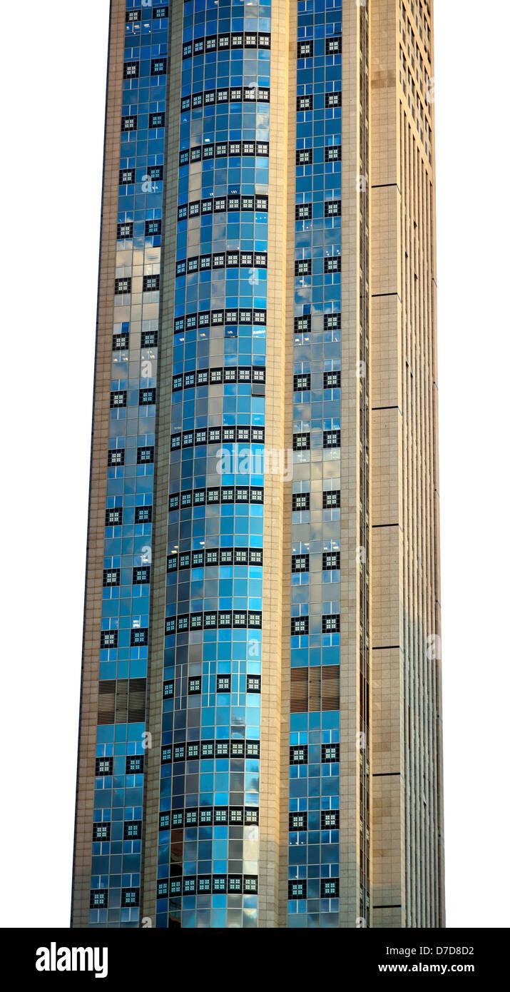 Teil eines sehr hohen Wolkenkratzers isoliert auf weißem Hintergrund. Stockfoto