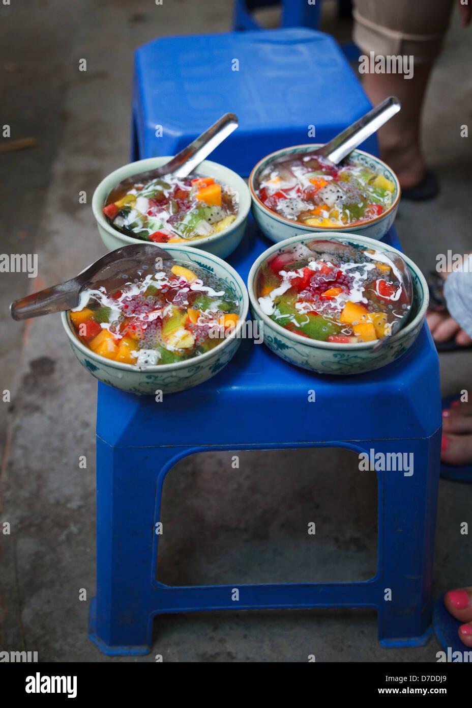 Chè, eine Mischung aus Gelees und Früchte aus einem Backstreet-Food-Kette in Hanoi. Stockbild