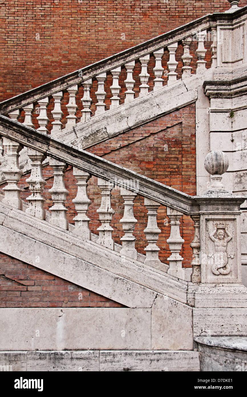 Treppe mit Geländer in alten Haus (Via Ventiquattro Maggio), Rom, Italien Stockbild
