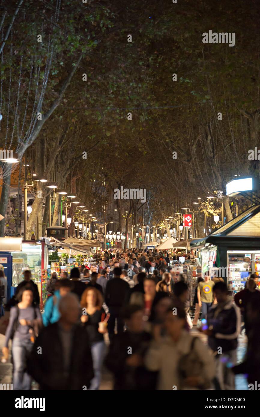 Touristen besuchen La Rambla Straße in der Nacht in Barcelona, Spanien Stockbild