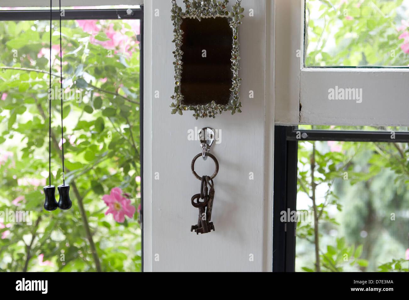 Schlüssel und geschirmte Fenster und Rosen im Sommer Stockbild