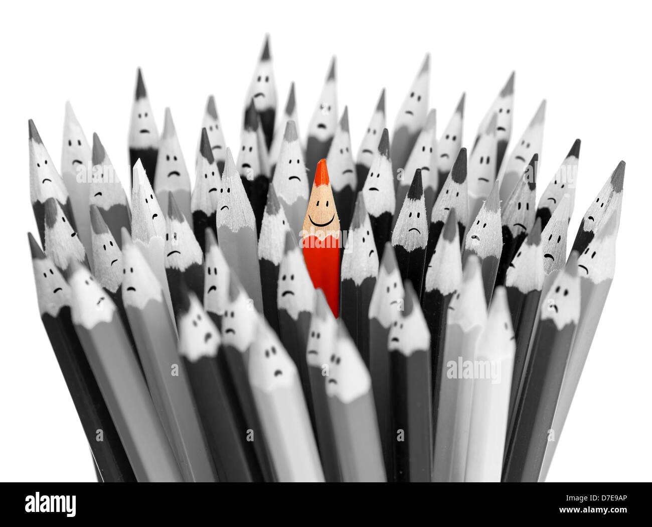 Eine helle Farbe lächelnd Bleistift unter Haufen graue traurig Bleistifte Stockbild