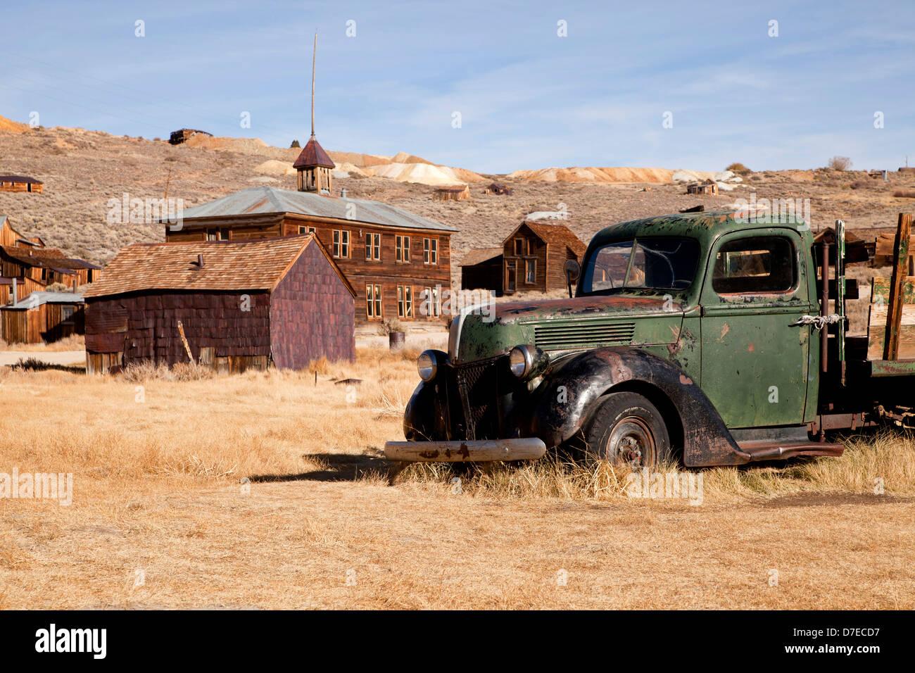 verlassene Autos an der Geisterstadt Bodie, Kalifornien, Vereinigte Staaten von Amerika, USA Stockbild