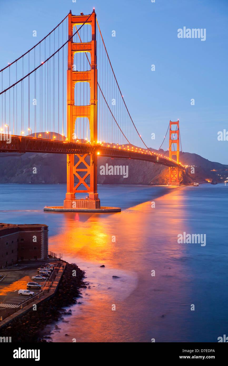 beleuchtete Golden Gate Bridge und Fort Point National Historic Site in San Francisco, Kalifornien, Vereinigte Staaten Stockbild