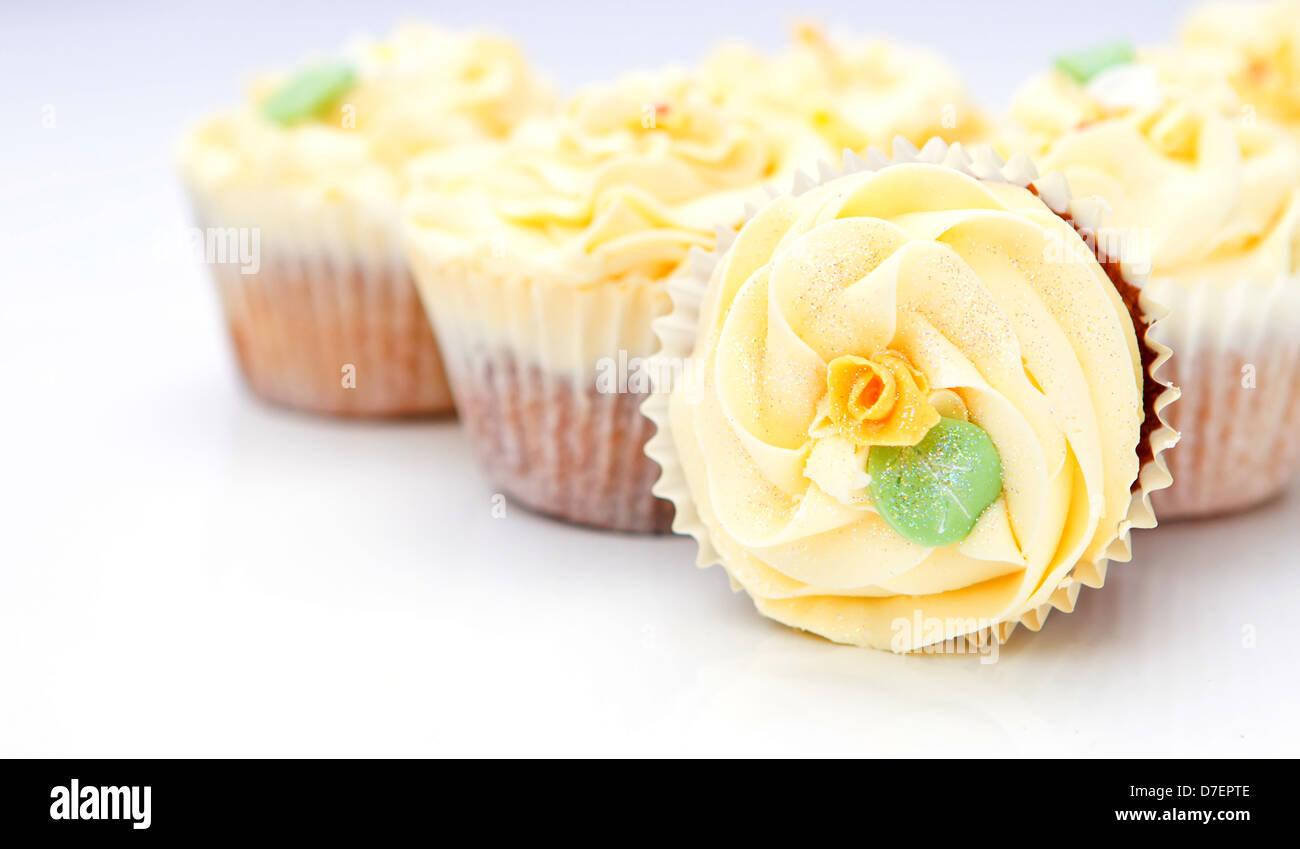 hausgemachte cremige Luxus Tasse Kuchen mit detaillierten Blume und funkelt Stockfoto