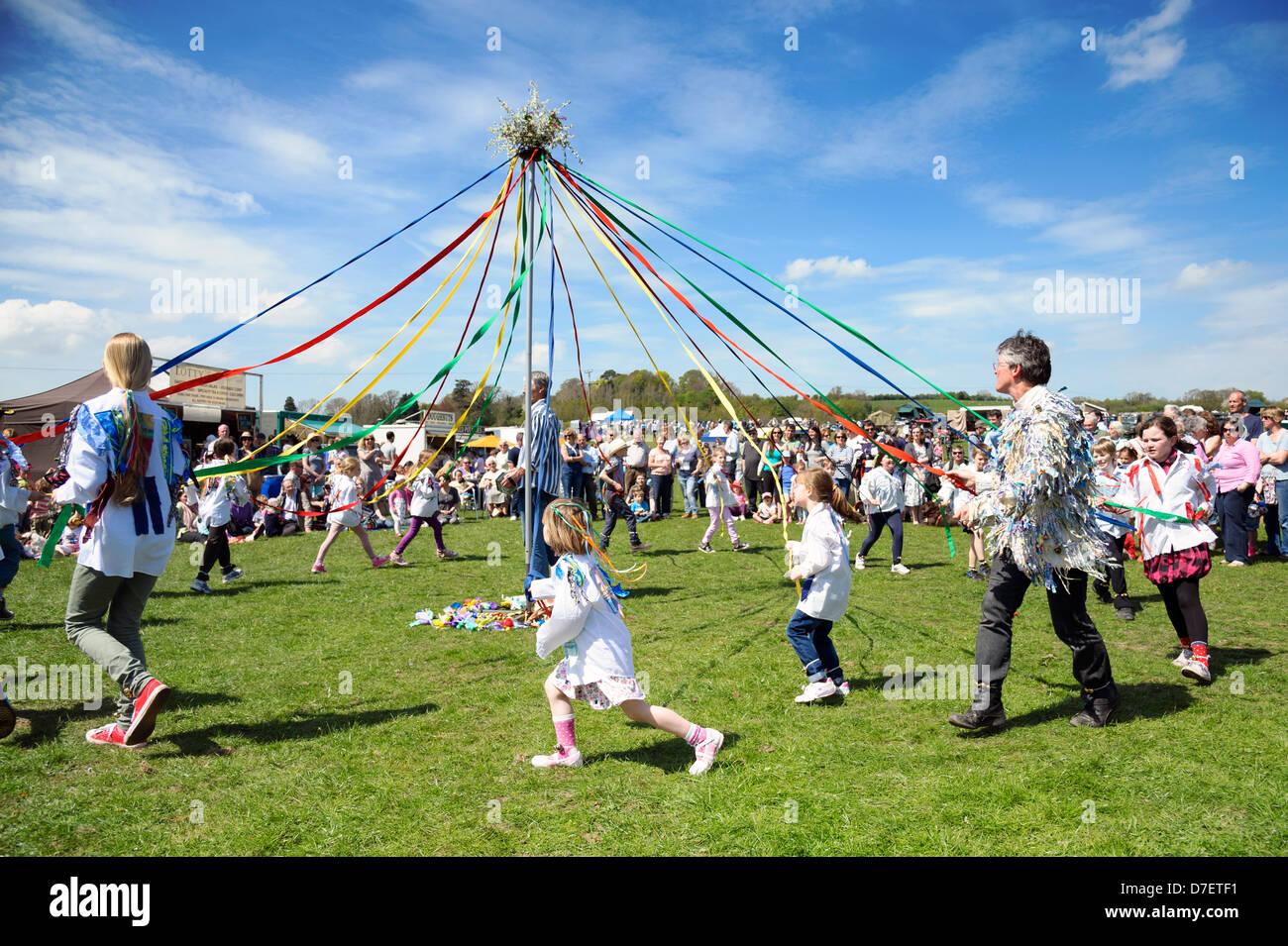 Tanz um den Maibaum, Dilwyn Schulkinder zeigen, Herefordshire, England. Schulmädchen tanzen mit Bändern Stockbild