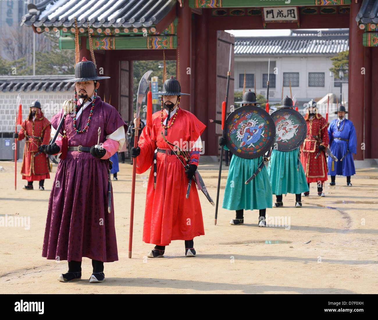 Königliche Garde in historischen Kostümen im Gyeongbokgung Palace in Seoul, Südkorea. Stockbild