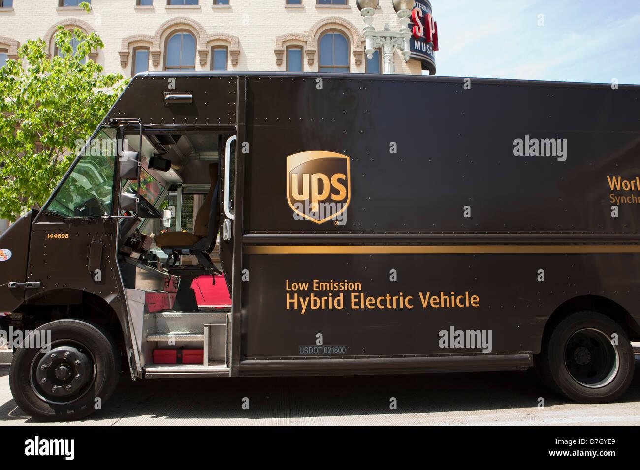 UPS emissionsarmen hybride elektrische Lieferwagen Stockbild