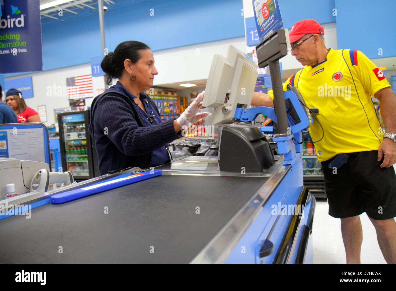 Miami Florida Wal-Mart Walmart discount shopping Abfahrt Linie Warteschlange Kasse Hispanic Frau Job Mitarbeiter Stockfoto