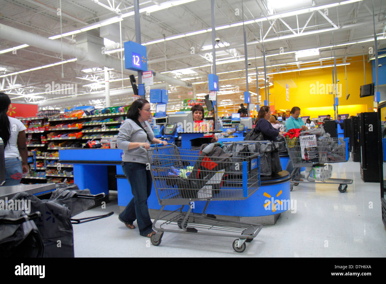 Miami Florida Wal-Mart Walmart discount shopping Abfahrt Linie Warteschlange Kassiererin Frau Warenkorb Kunde Stockfoto