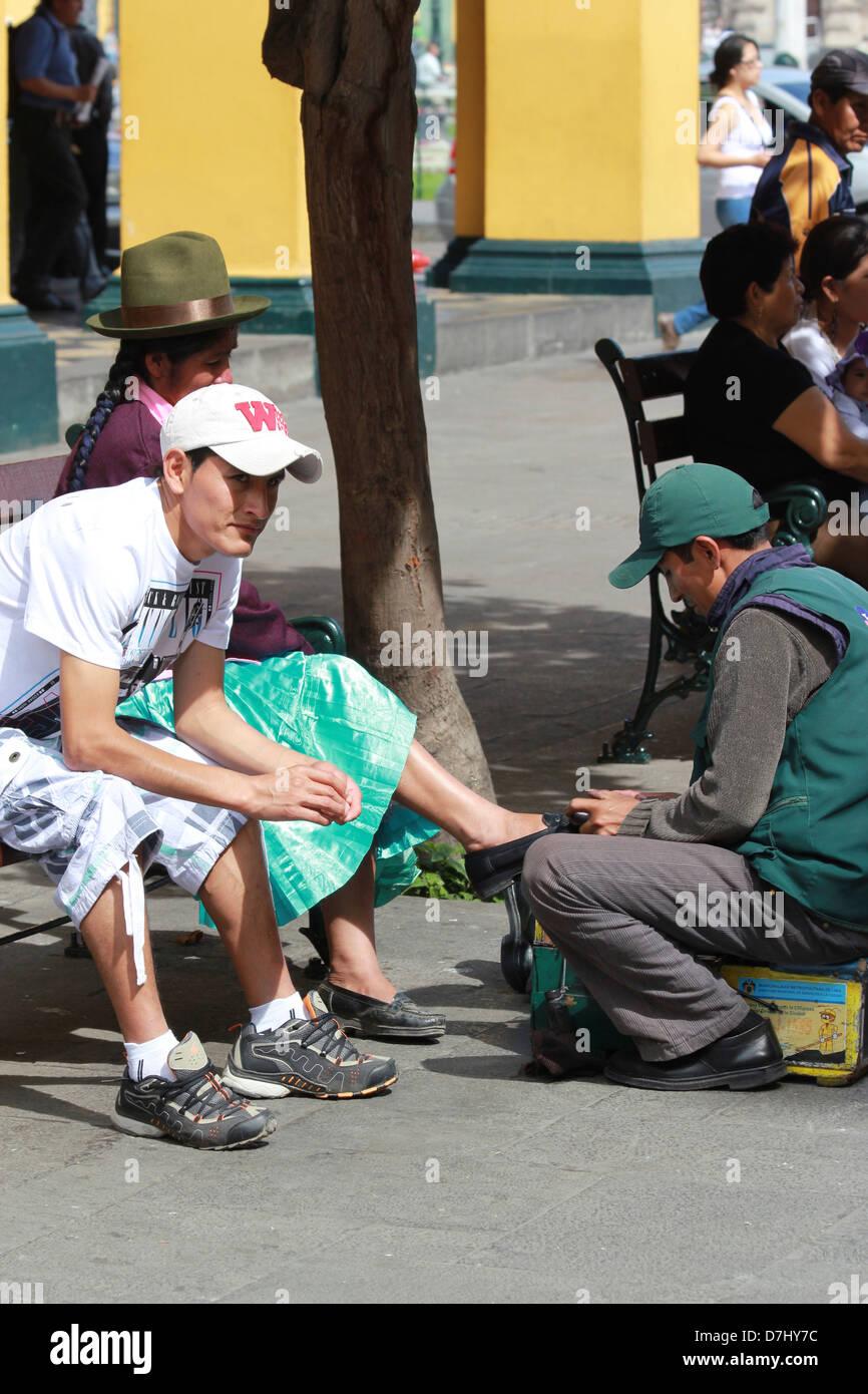 Peru Lima Shoeblack Frau Kann Die Schuhe Reinigen Stockfoto Bild