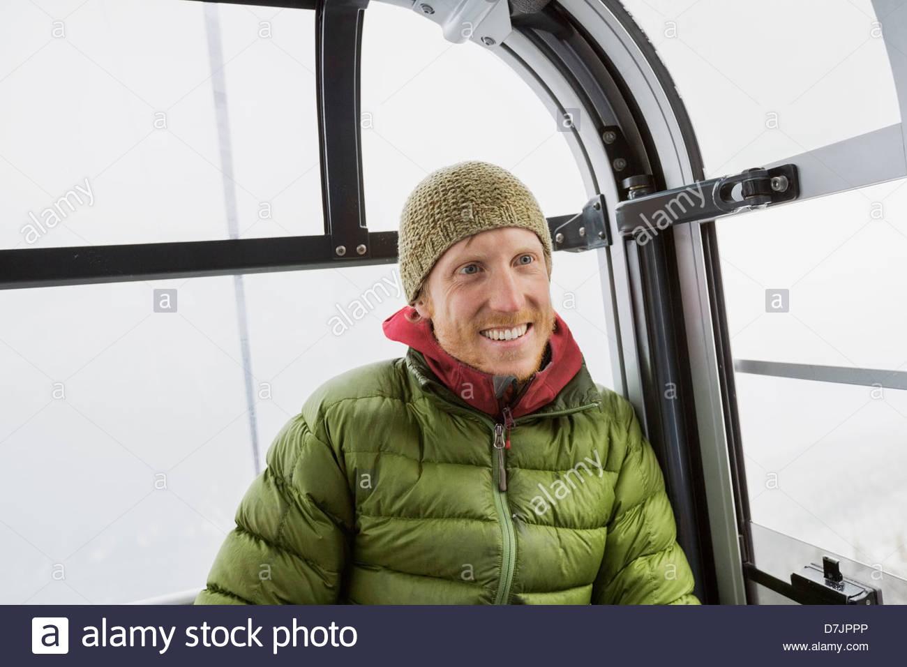 Lächelnder Mann in Gondel im winter Stockbild