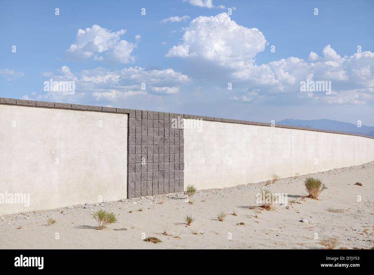 Weiße Wände gegen blauen Himmel Stockbild