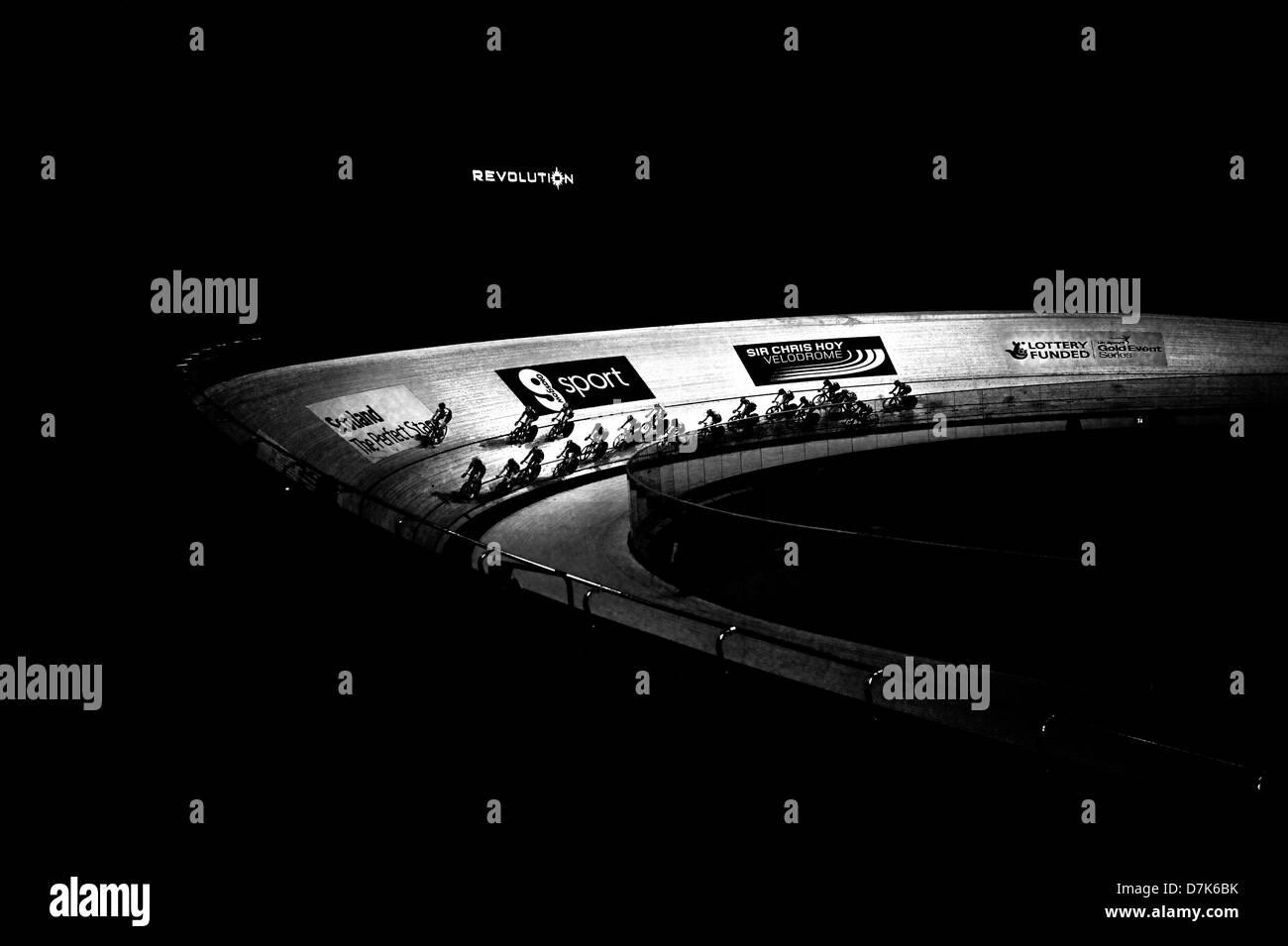 Das Hauptfeld bleibt während der Navigation einer Ecke während des Rennens in der Elite Revolution Track Stockbild