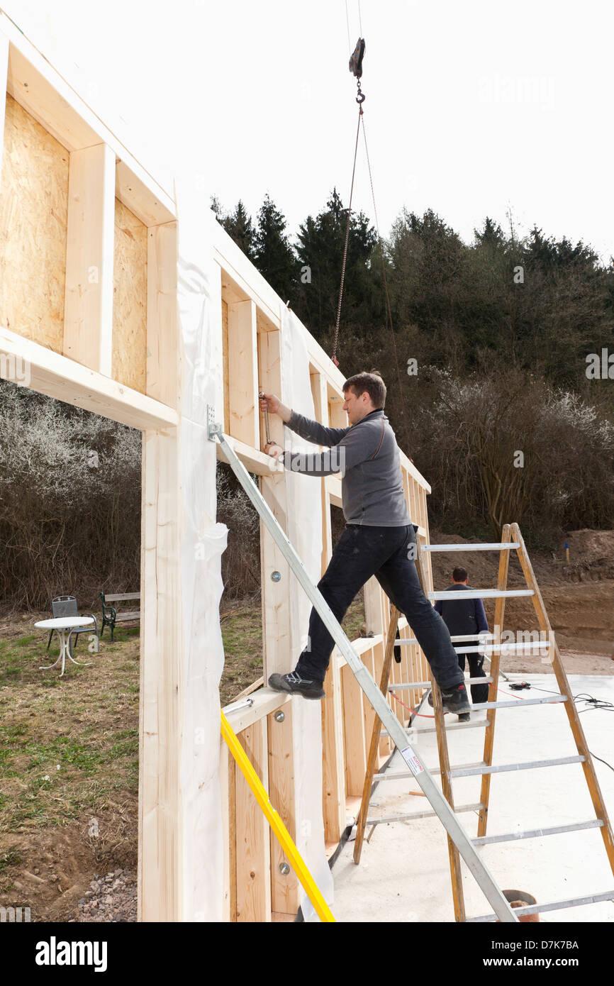 Europa, Deutschland, Rheinland Reichswald Männer Installation und ...
