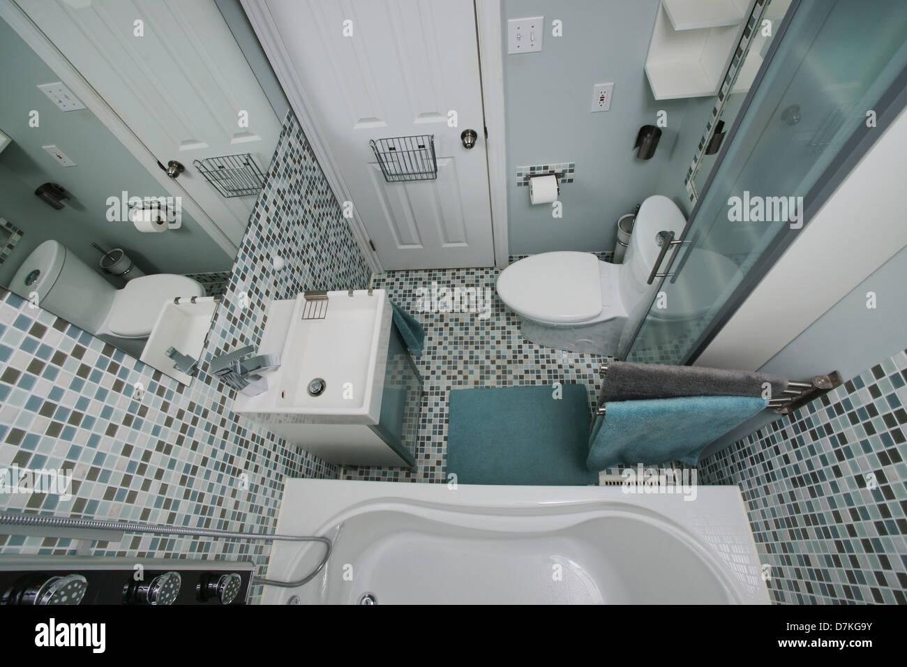 Kleines, Modernes Badezimmer Interieur. Mosaik Fliesen. Weiß. Blau. Grau.