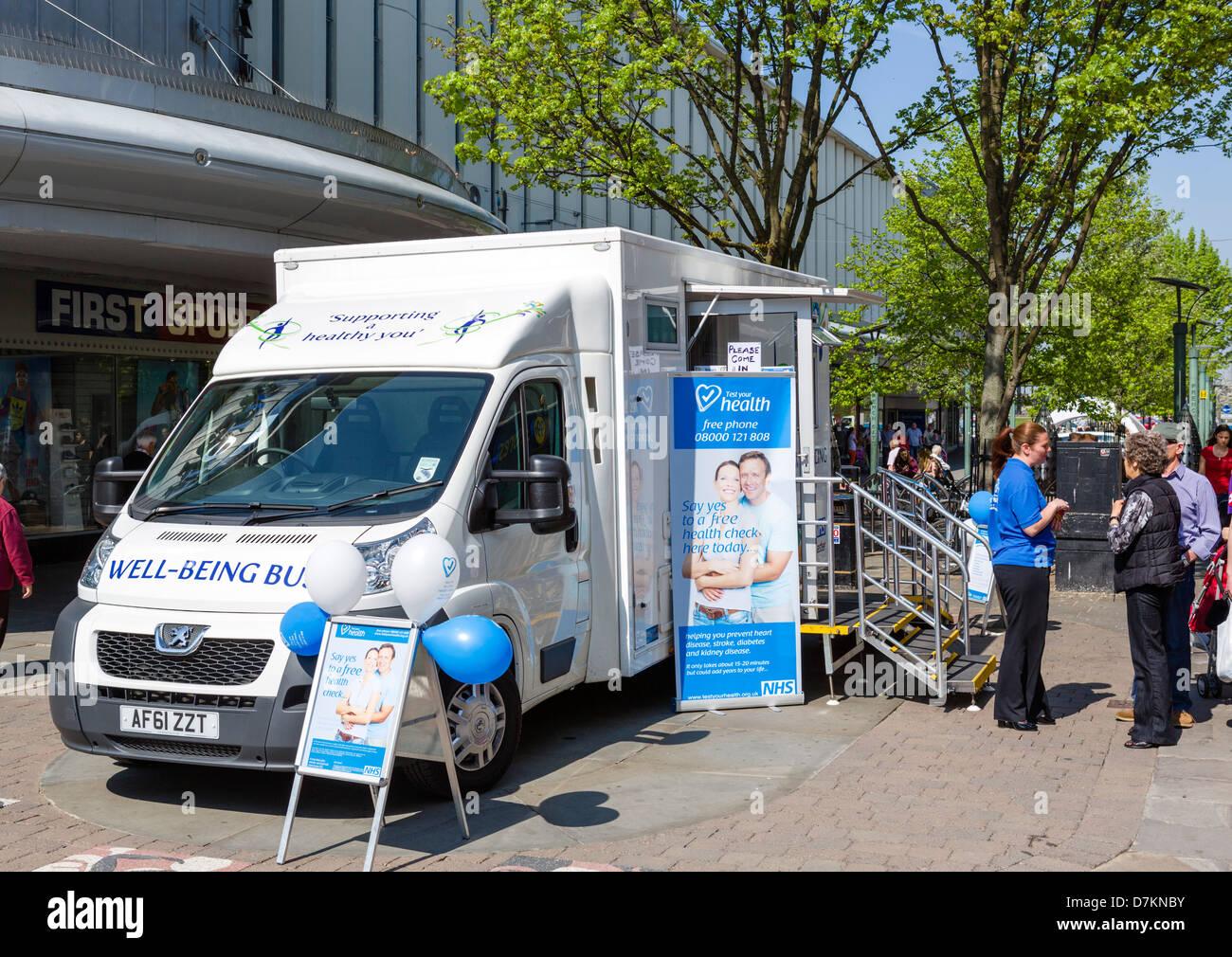 Der NHS gut sein Bus gratis Gesundheit prüft im Zentrum Stadt, Doncaster, South Yorkshire, England, UK Stockbild