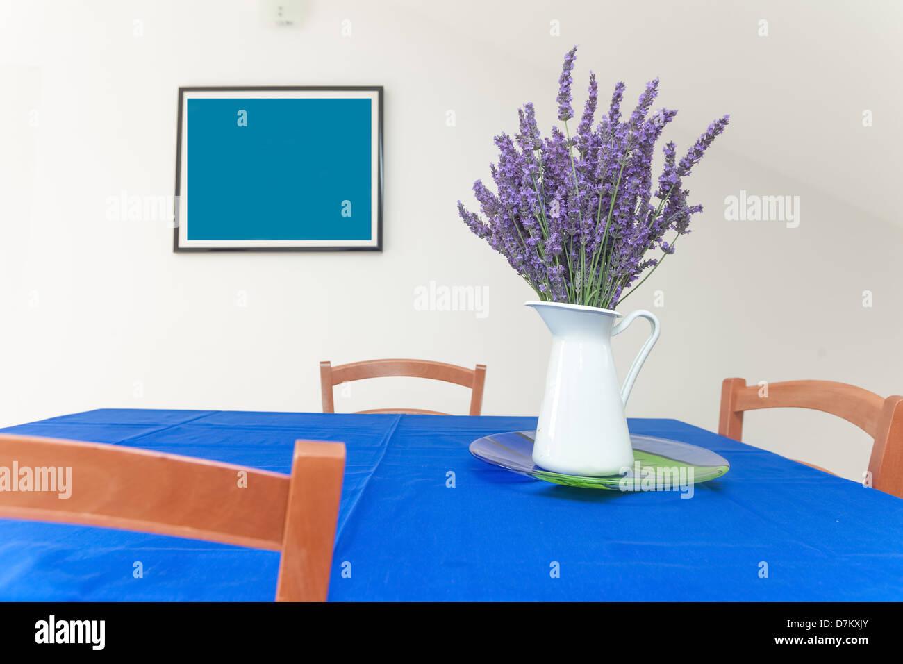 Eine Vase Mit Lavendel Auf Tisch Mit Malerei Im Hintergrund Stockbild