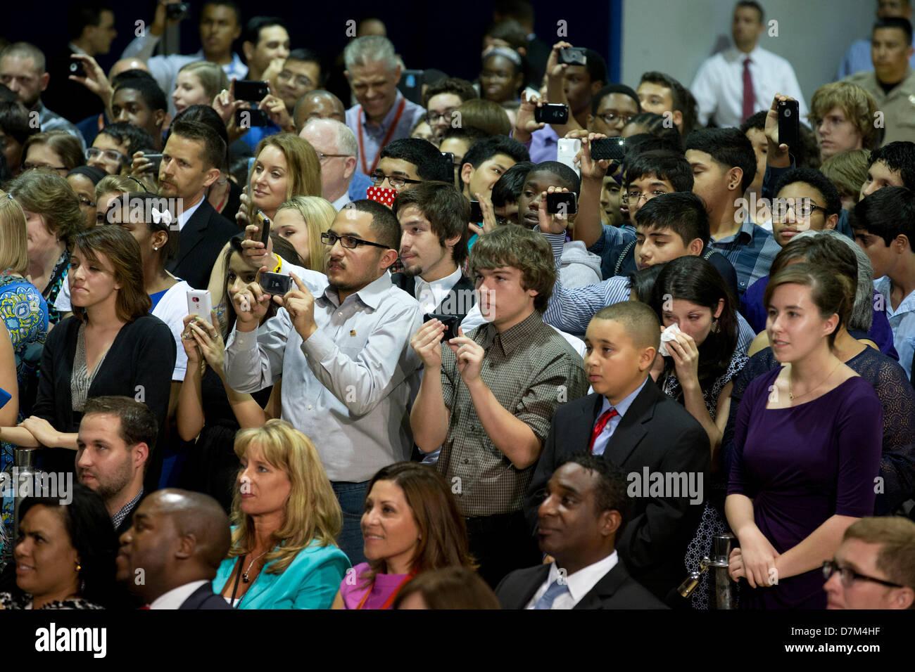Publikum hören, wie US-Präsident Barack Obama bei Manor New Technology High School in Manor, Texas spricht Stockbild