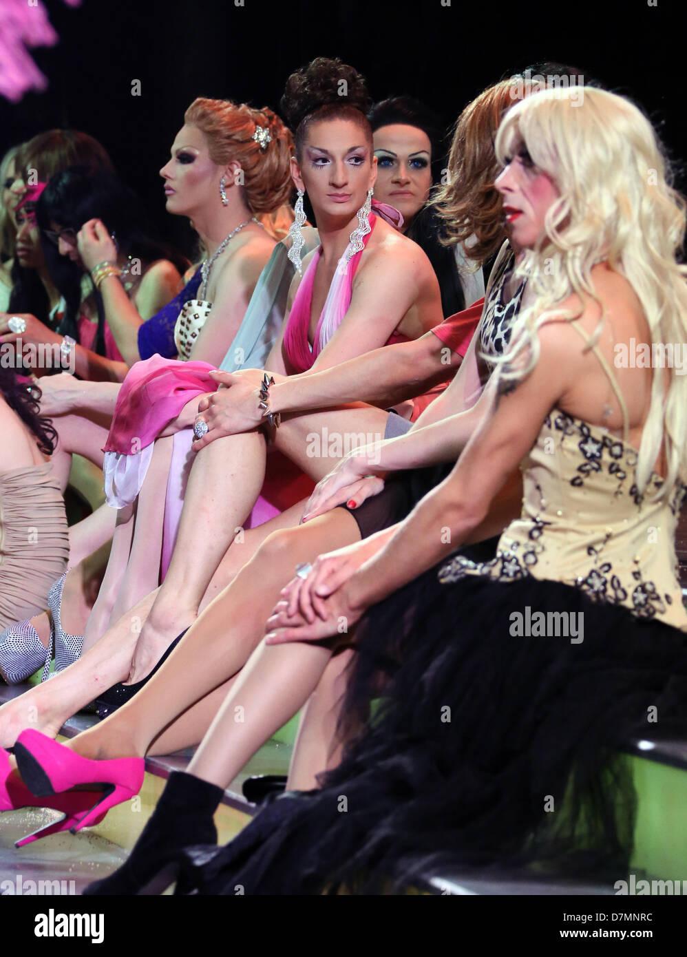 Männer als Frauen auf der Bühne sitzen und warten auf die