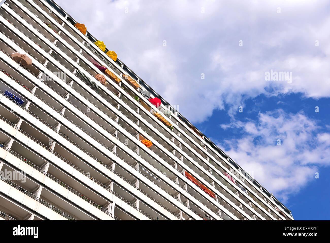 Sommer in der Stadt - Fassade des Hauses mit Sonnenschirmen, Berlin Stockbild