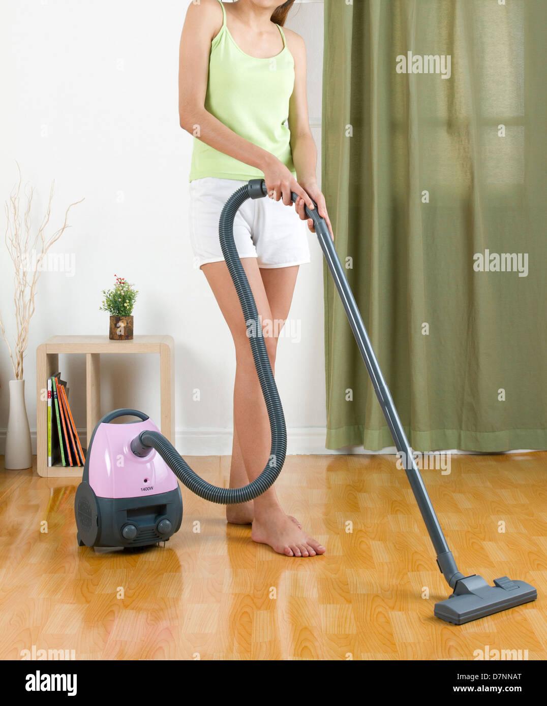 Hausfrau Mit Staubsauger Maschine Auf Den Boden Reinigen Stockfoto