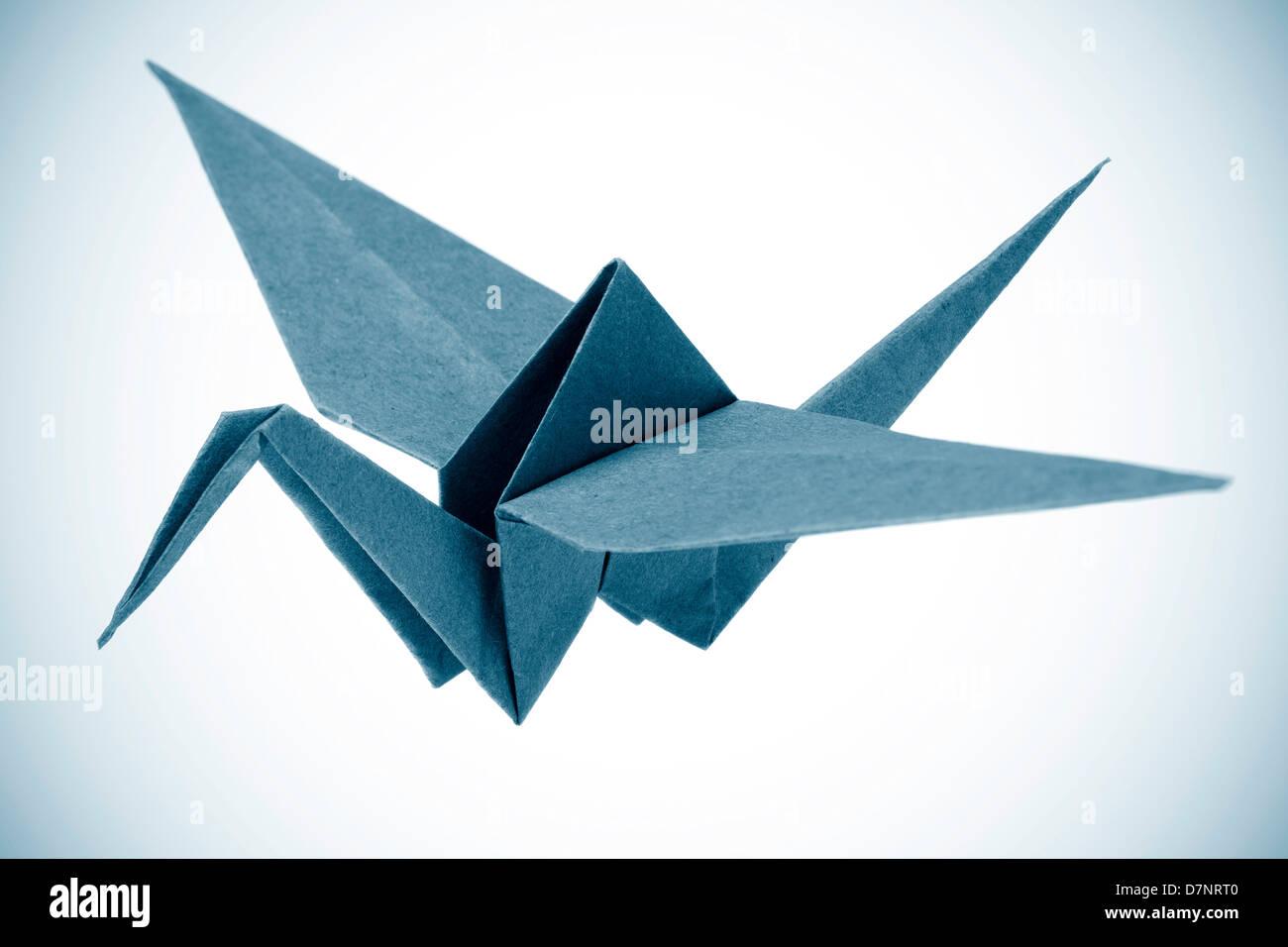 Origami-Kranich isoliert auf weißem Hintergrund Stockbild