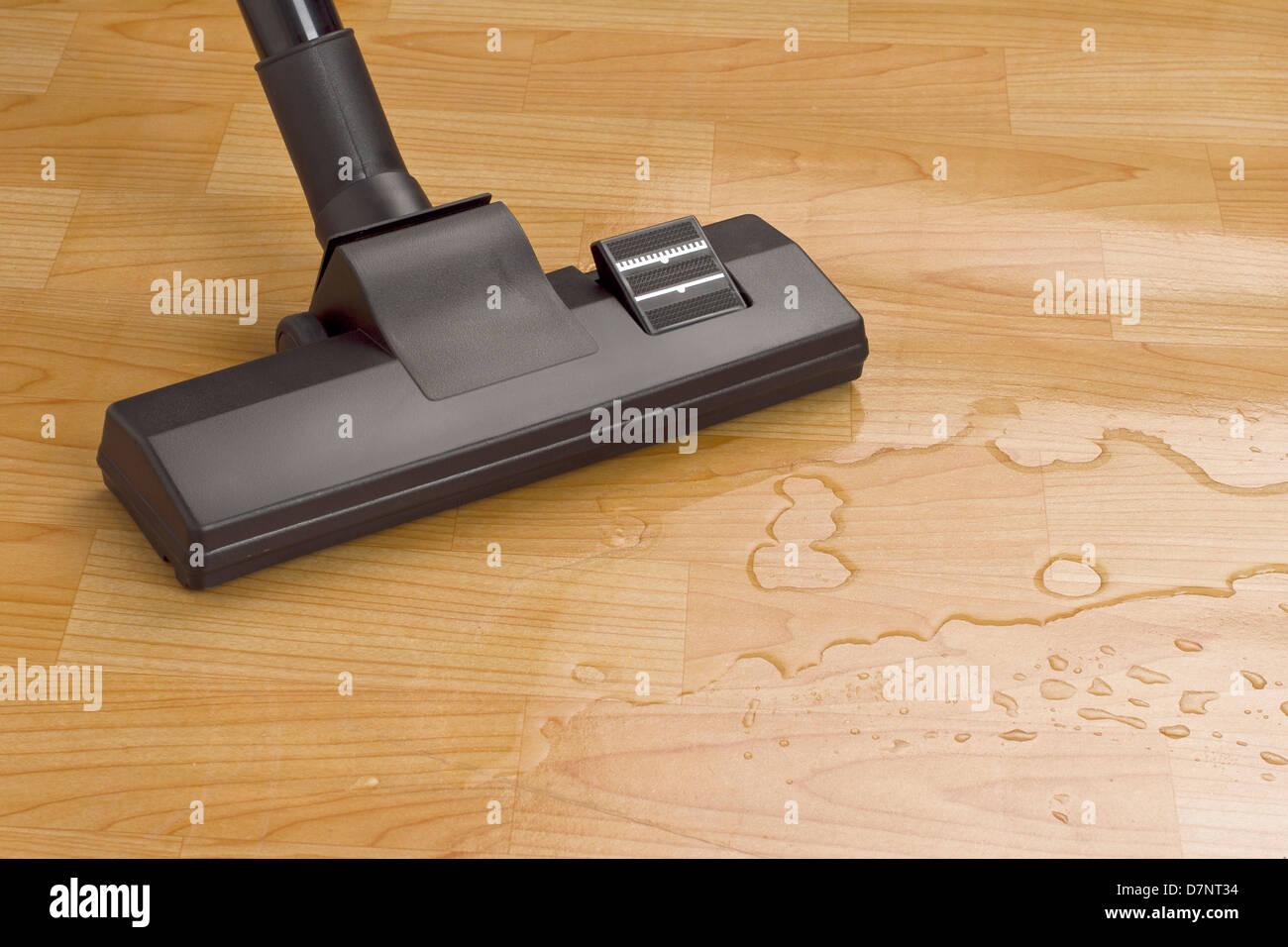 Fußboden Reinigen ~ Staubsauger bürste reinigen wasser auf dem fußboden stockfoto