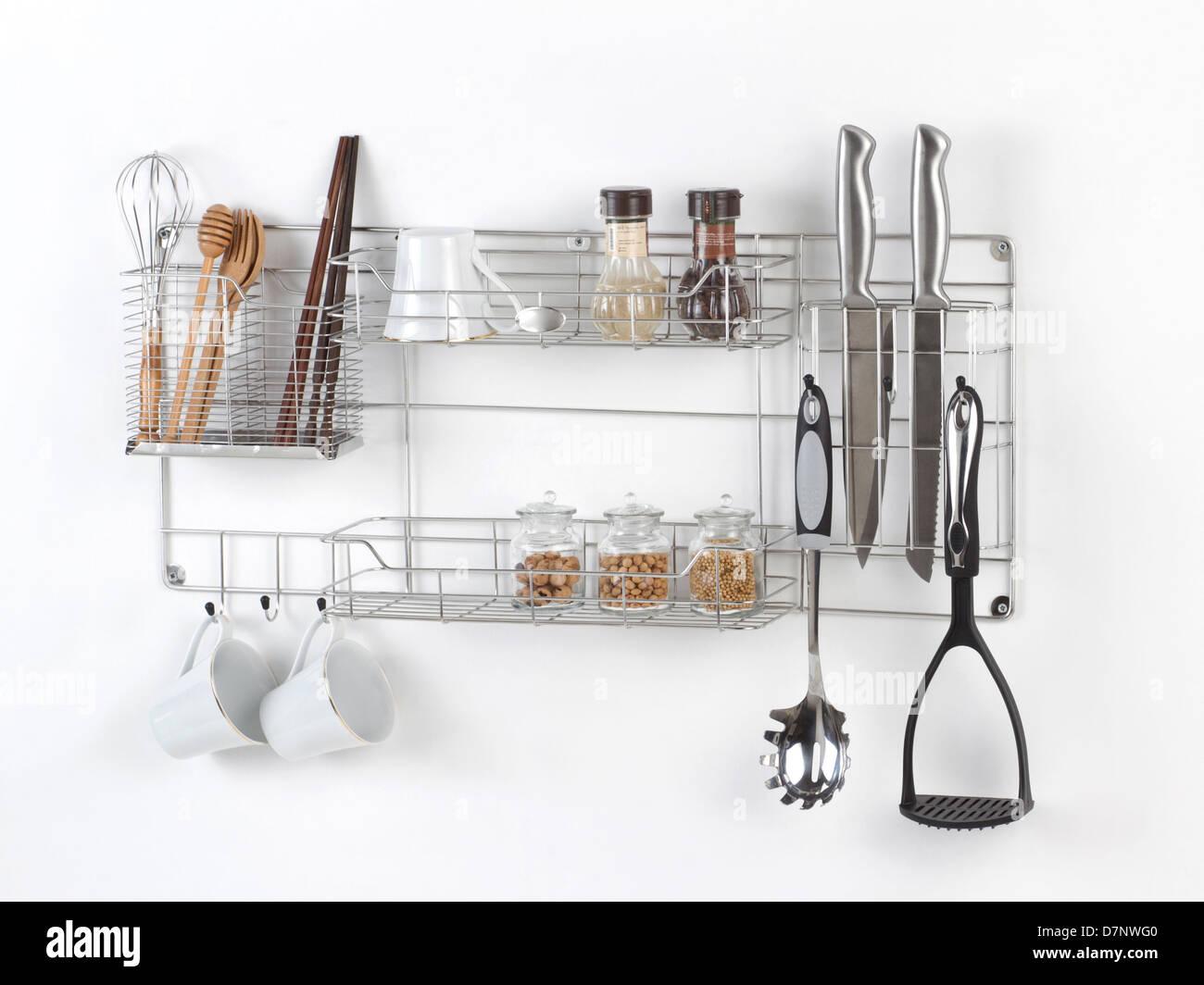 Edelstahl Regal mit Küchengerät auf dem weißen Hintergrund Stockbild
