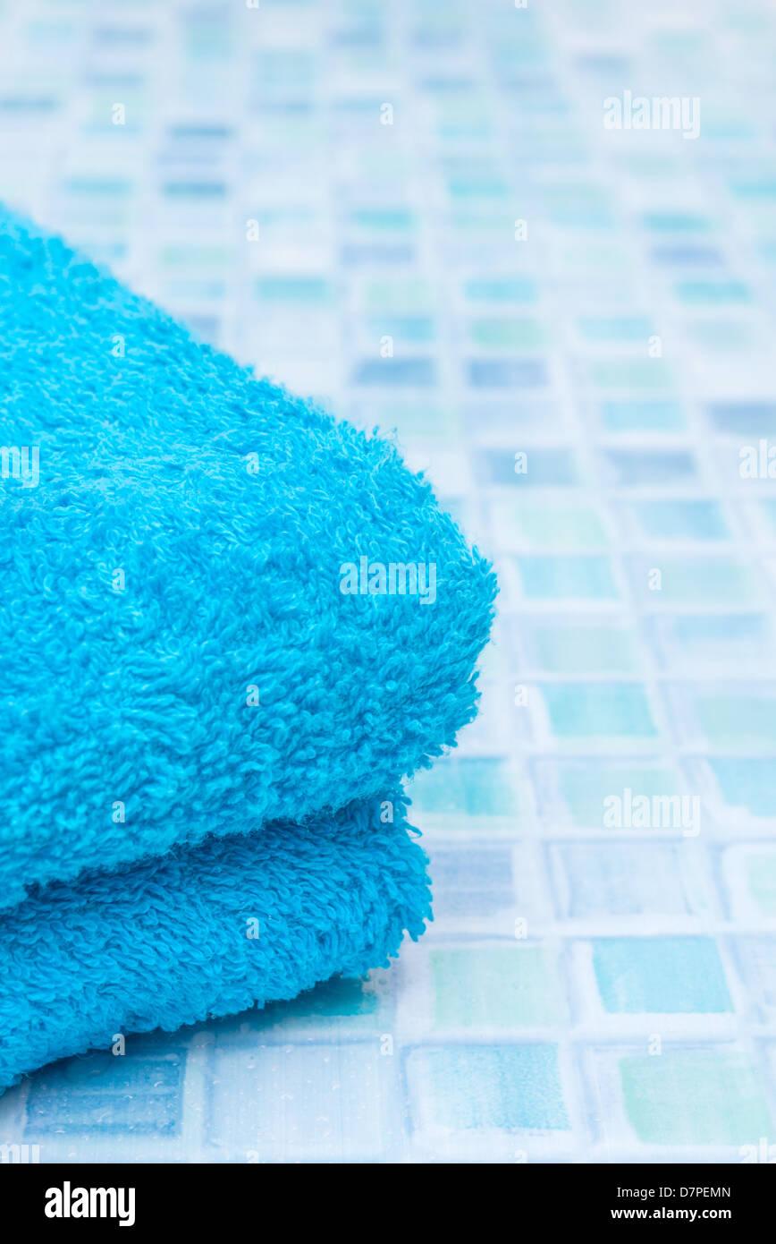 Blaue Badetücher Auf Blauen Badezimmerfliesen Stockbild