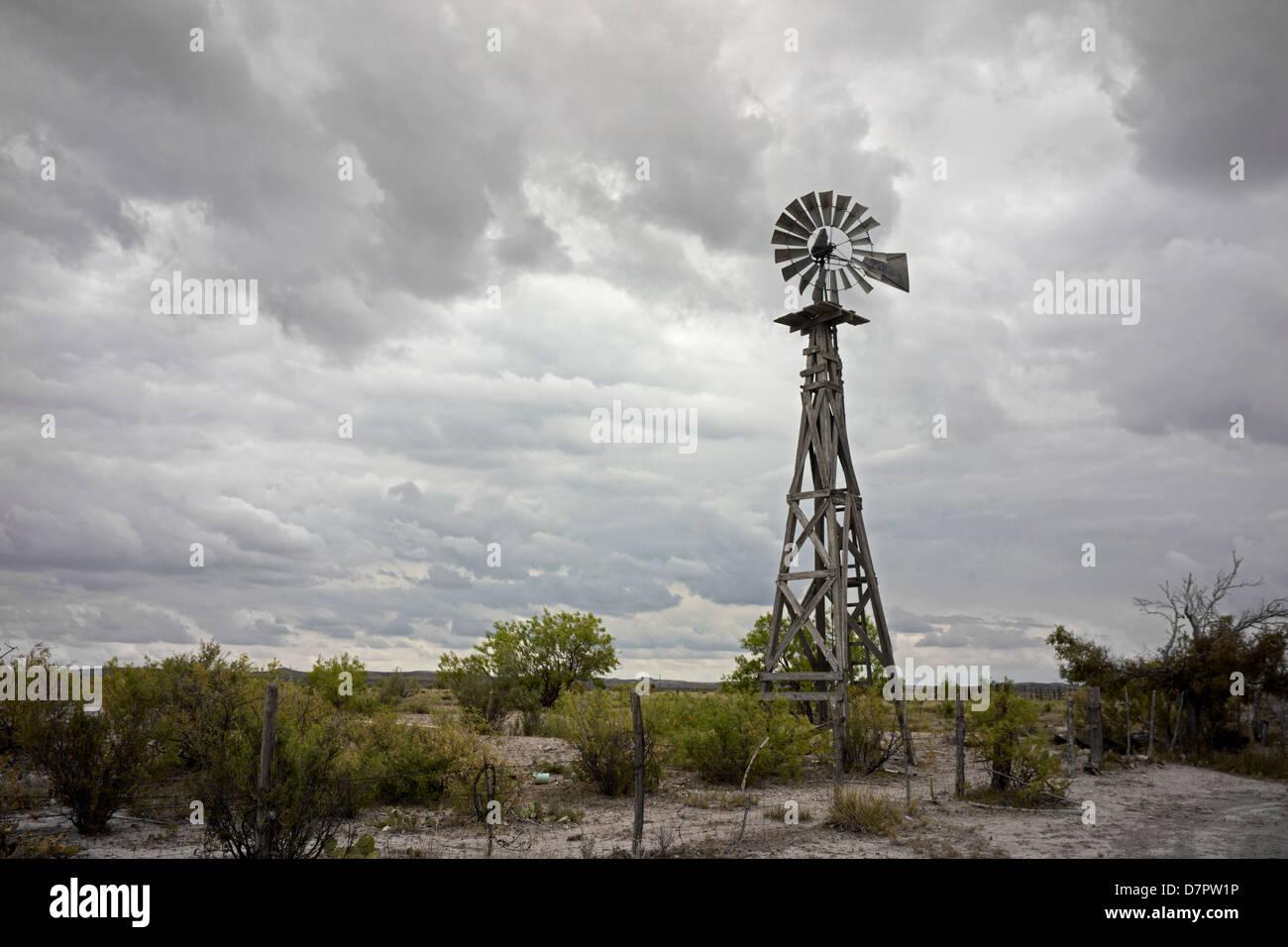 Alte Windmühle uns zu Pumpwasser in der Big Bend-Region von West-Texas. Stockbild