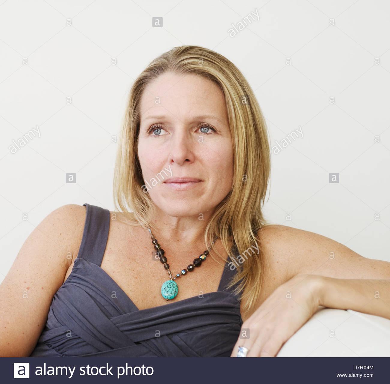 Porträt der hübsche Frau in ihren 40er Stockbild