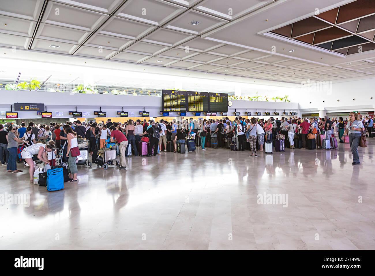 Menschen in der Schlange zum Einchecken am Flughafen Lanzarote, Kanarische Inseln, Spanien Stockbild