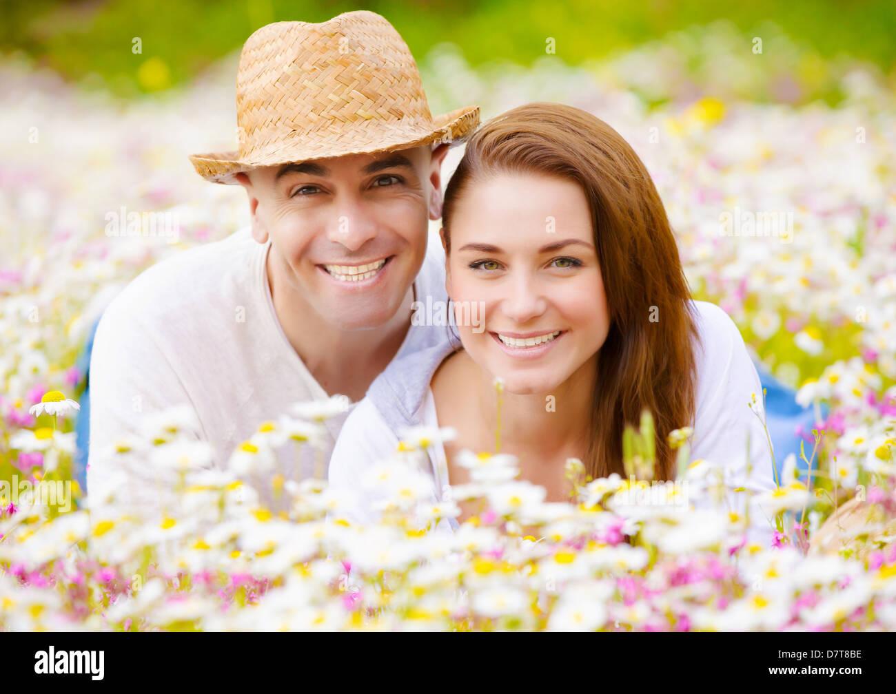 Romantische Paare, die Spaß im Frühlingspark, genießt fröhliche Familie Land Urlaub, glücklich Stockbild