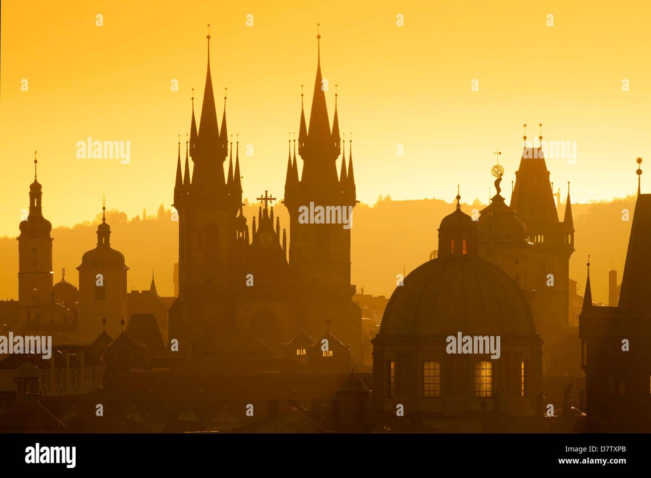 Tschechische Republik, Prag - Türme der alten Stadt und Tyn Kirche bei Sonnenaufgang Stockbild