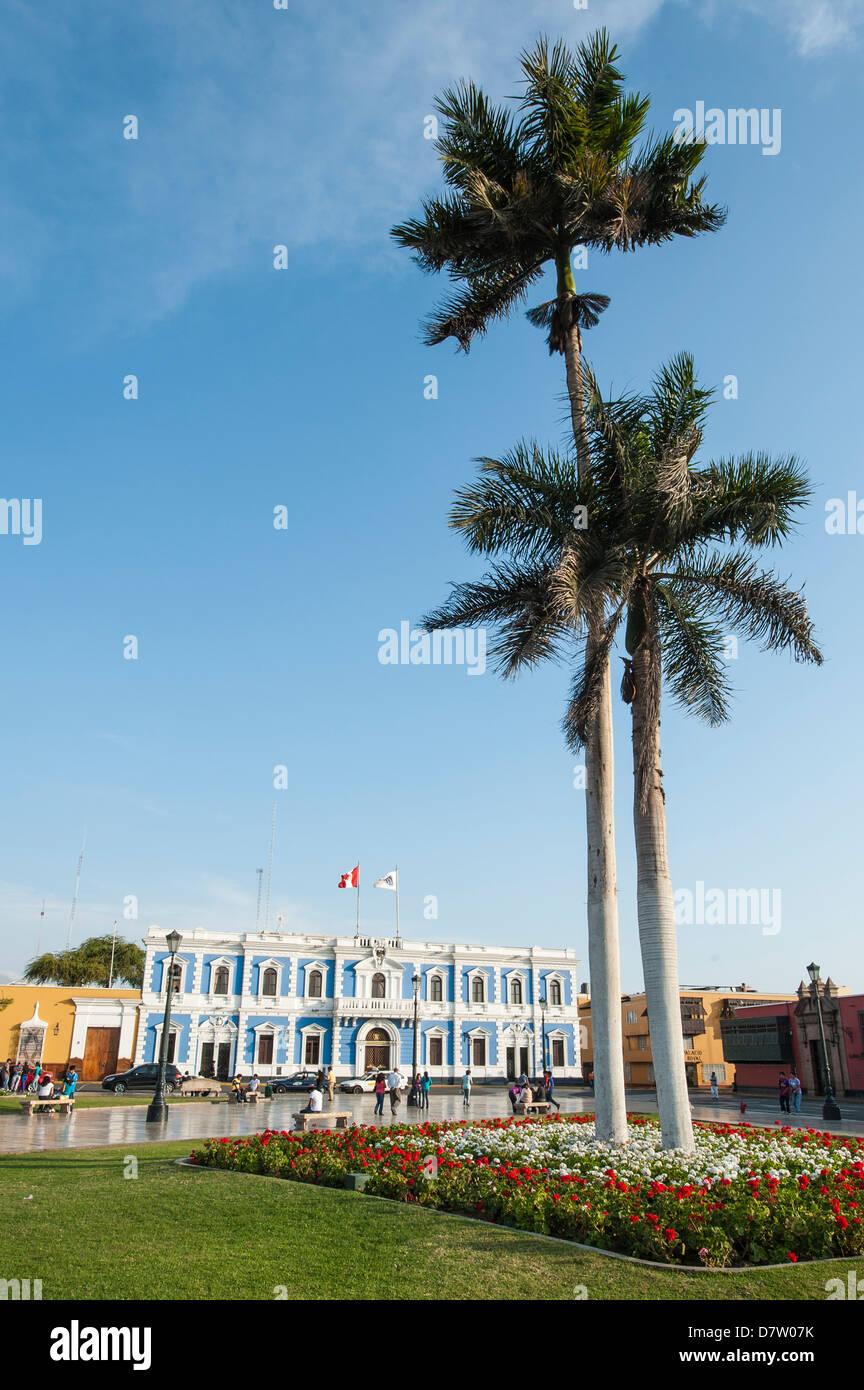 Städtische Ämter gegenüber Plaza de Armas, Trujillo, Peru, Südamerika Stockbild