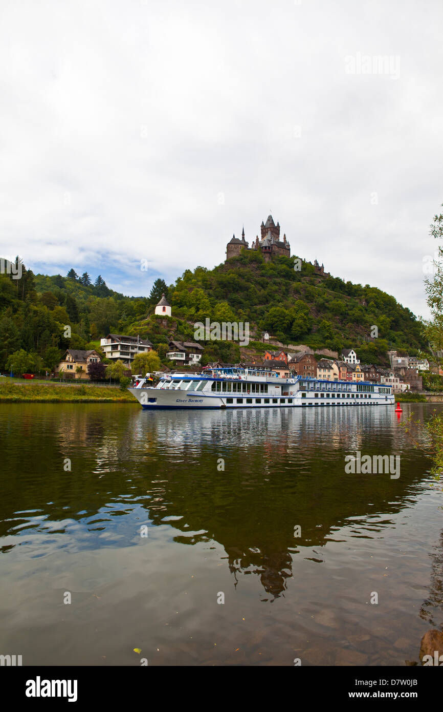 Fluss-Kreuzfahrtschiff unter der Burg Cochem an der Mosel, Rheinland-Pfalz, Deutschland Stockbild