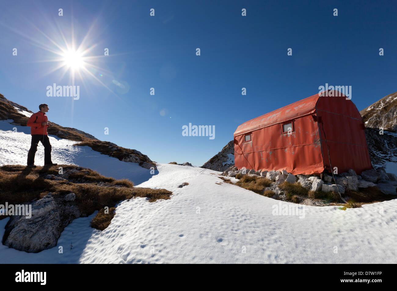 Im Winter Tierheim auf Laste Sattel, in der Nähe von Semenza Zuflucht, Alpago, Belluno, Veneto, Italien Stockbild