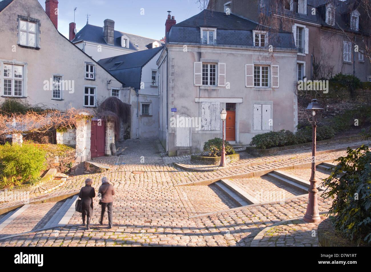 Menschen zu Fuß durch den alten Teil der Stadt Angers, Maine-et-Loire, Frankreich Stockbild