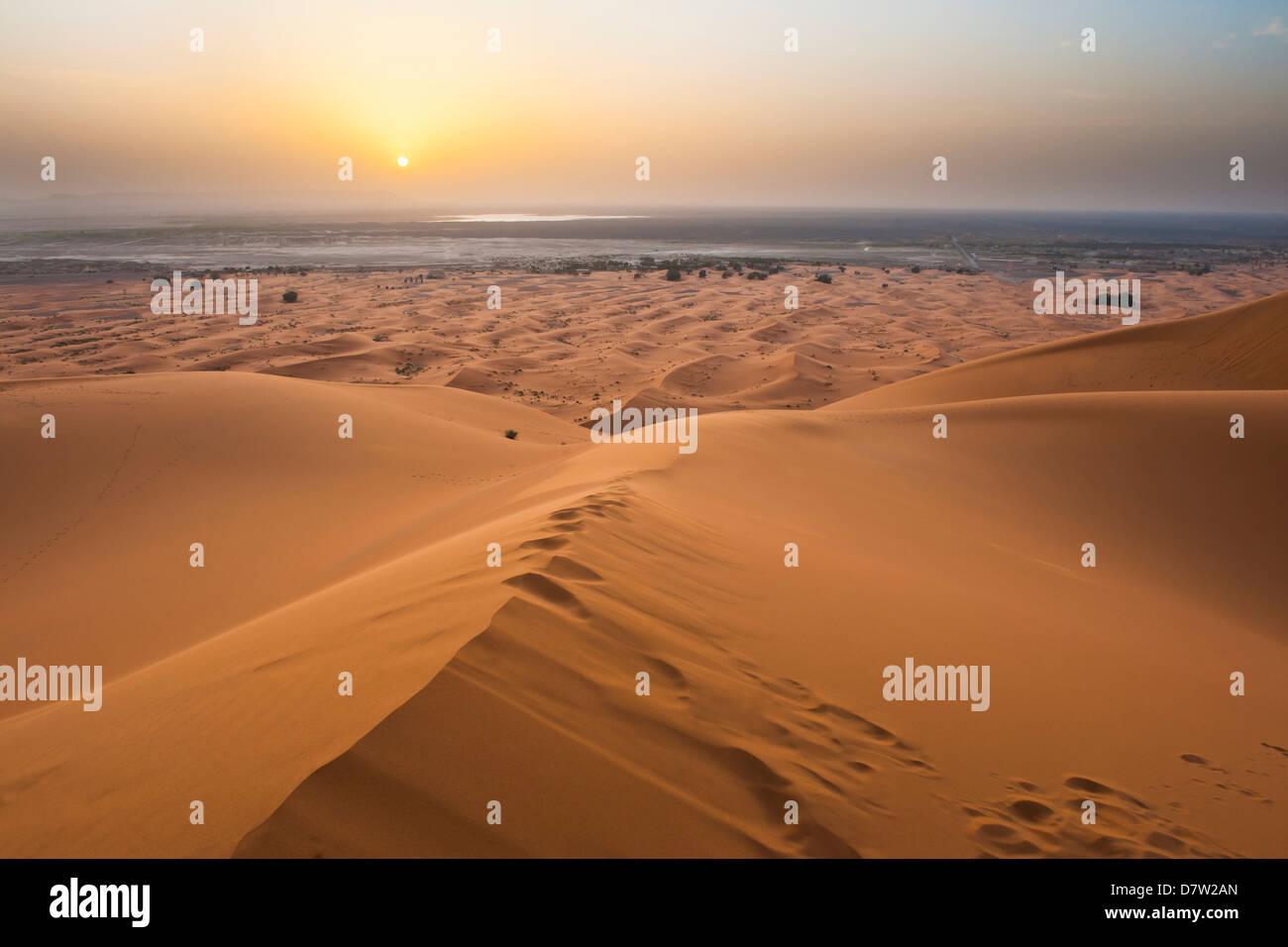 Sonnenuntergang am Erg Chebbi Wüste von der Spitze einer 150m Sanddüne, Sahara Wüste in der Nähe Stockbild