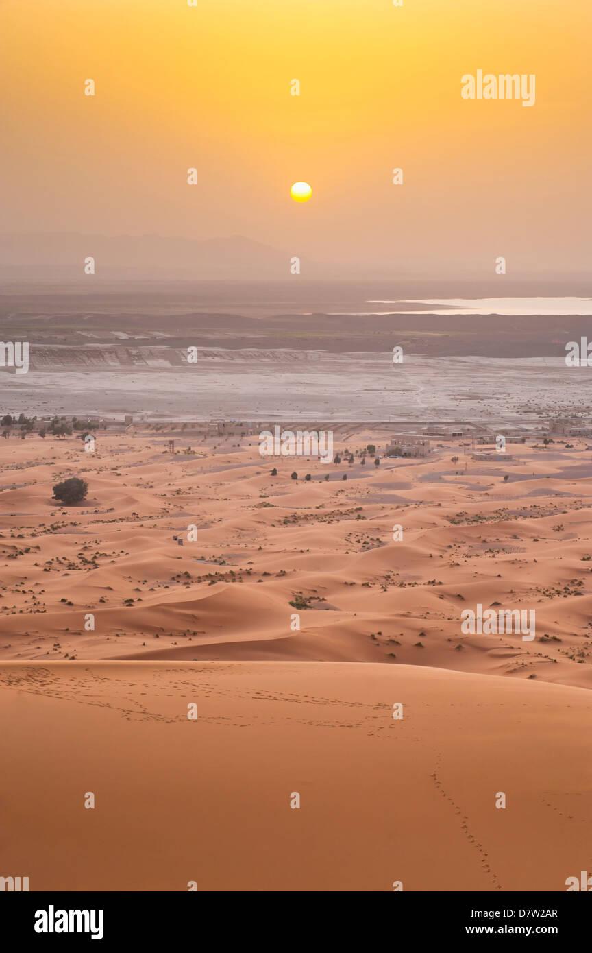 Erg Chebbi Wüste Sahara Sonnenuntergang von der Spitze einer Sanddüne 150m in der Nähe von Merzouga, Stockbild