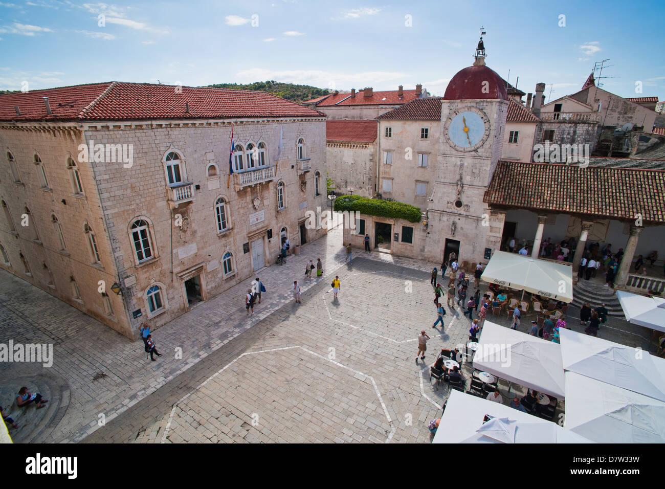 Loggia und St. Lawrence Square angesehen von der St.-Laurentius-Kathedrale, Trogir, UNESCO-Weltkulturerbe, Kroatien Stockbild