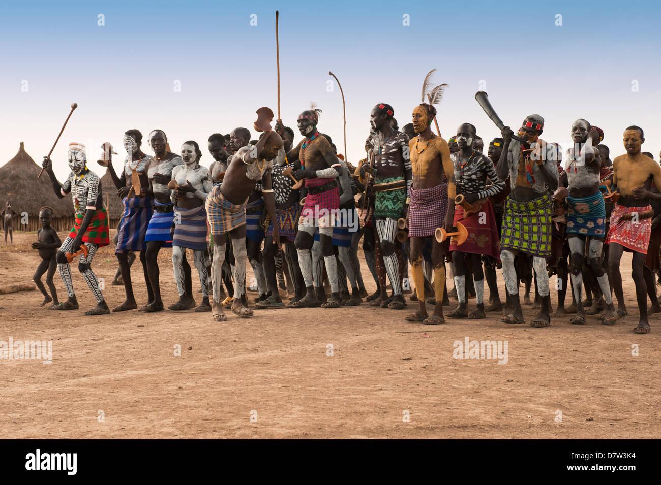 Karo Menschen mit Körper-Gemälde, die Teilnahme an einem Tribal dance Zeremonie, Omo River Valley, Südäthiopien Stockbild