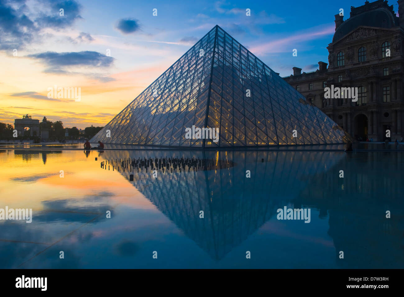 Louvre-Pyramide bei Sonnenuntergang, Paris, Frankreich Stockfoto