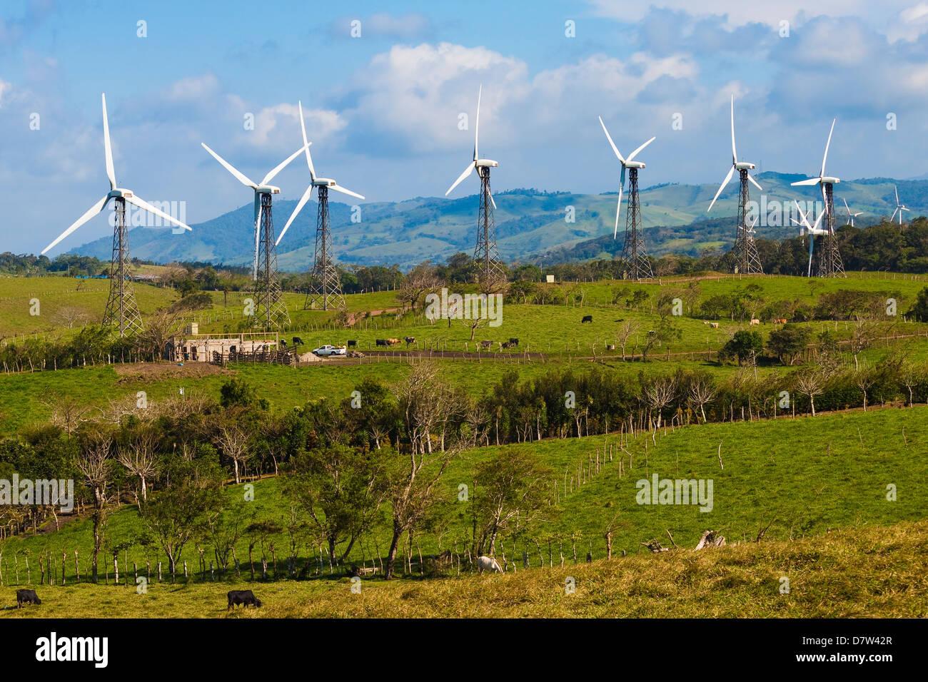 Einige der 55 20 MW Turbinen im Tilaran Windpark Strom in den Hügeln westlich von Arenal, Tilaran, Provinz Stockbild