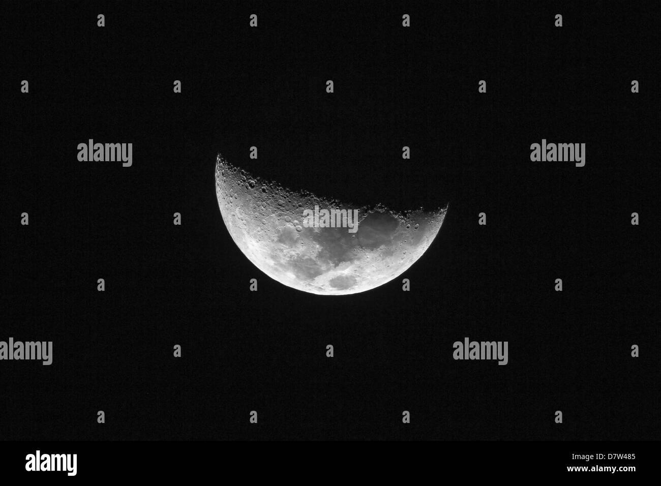 Half Moon zeigt die folgenden Maria, Crisium, Fecunditatis, Tranquilitatis und Serenitatis, gesehen in Nosara, Costa Stockbild