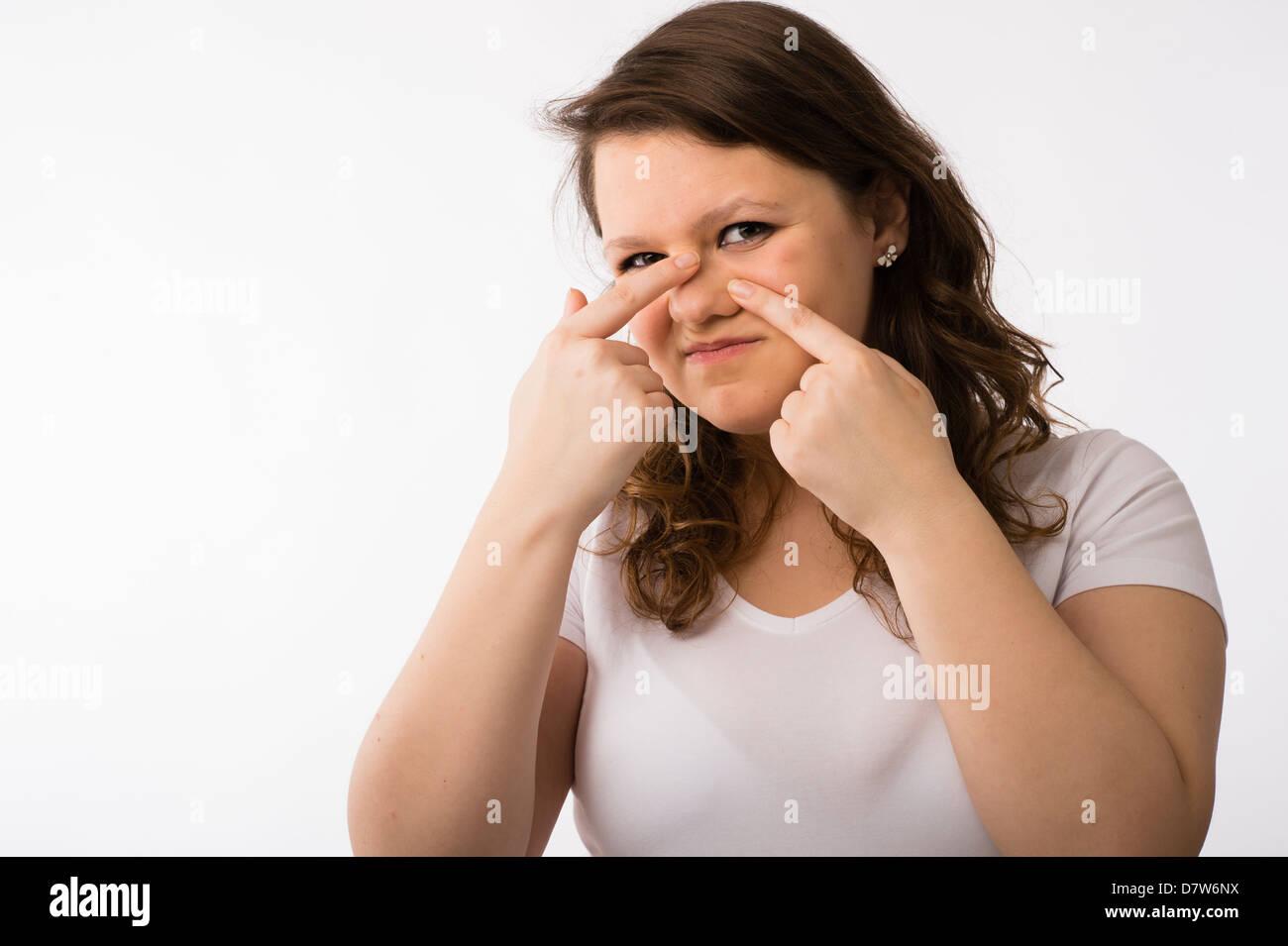 Junge Brünette kaukasischen Mädchens Überprüfung ihr Gesicht und Teint Haut Stockbild