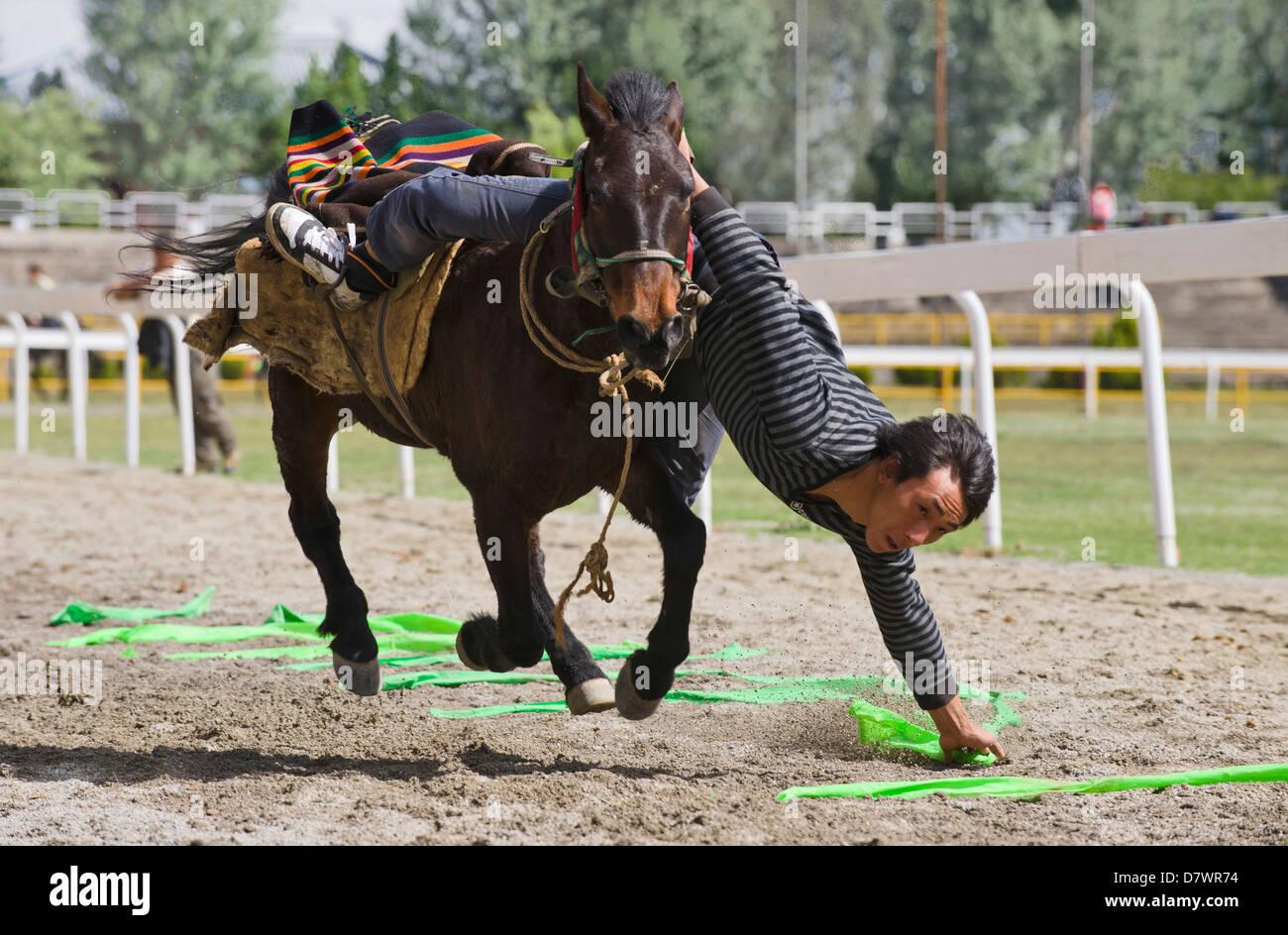 Tibetanische Reiter auf Dalis neue Rennstrecke, Stockbild