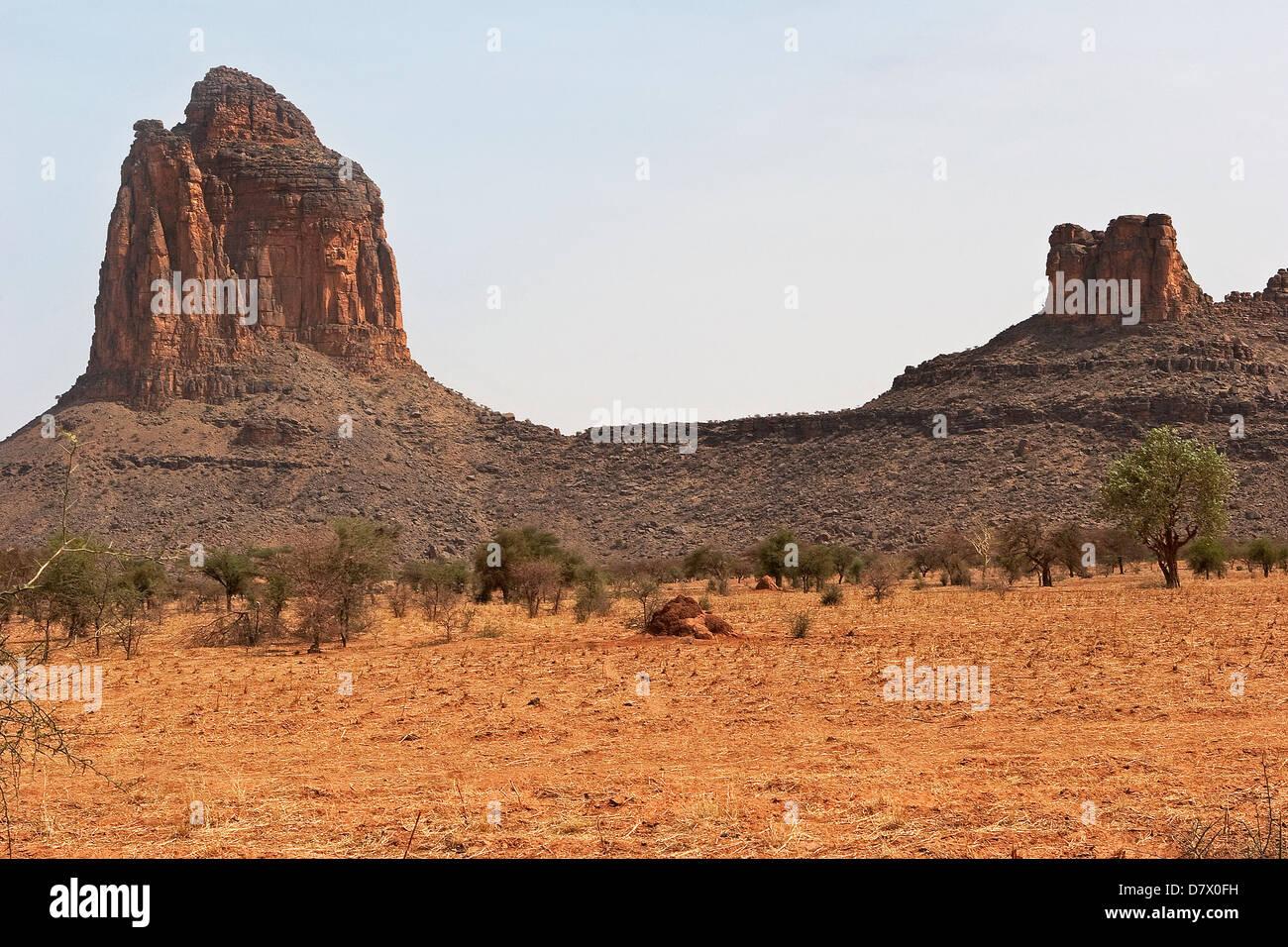 Verwitterter Sandstein Strebepfeiler und Böschungen in der Nähe von Village of Bone, zentrale Mali Stockbild